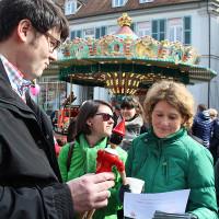 Herr Dr. Verlage erklärt Frau Lemke um was es geht ...